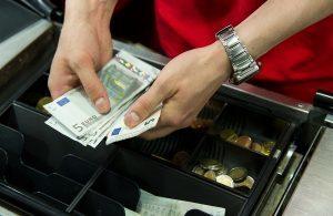 Какими проводками отражается недостача денежных средств в кассе, выявленная при инвентаризации?